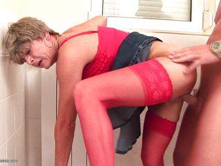 Порно скрытая камера в туалете нарезка