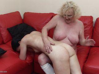 между ножками у женщин видео