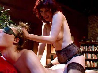 Грубый анальный секс страпон
