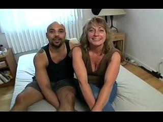 Порно онлайн зрелая домохозяйка приглашает к себе