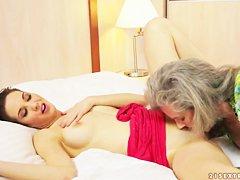 Порно волосатая тетка ссыт