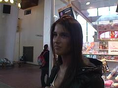 Одевает латекс секс видео