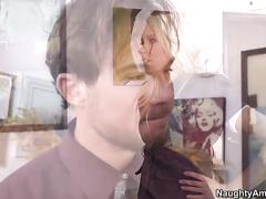 Порно блондинка отсосала