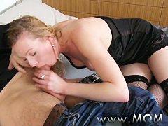 Порно мама делает минет